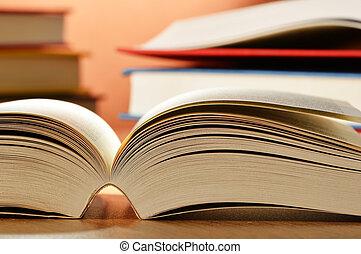 stół, książki, skład
