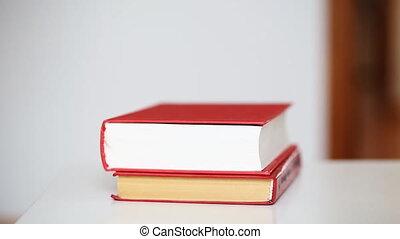 stóg książek, na stole