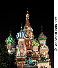 st. de kathedraal van het basilicum, in, moskou, op de avond