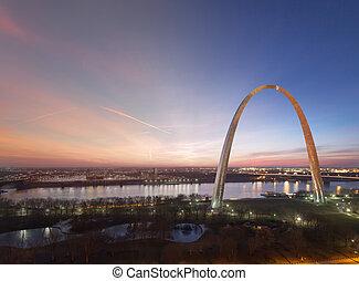 St Louis Gateway Arch sunrise transition - St Louis Gateway...