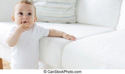 staand, 24, weinig; niet zo(veel), sofa, vasthoudende baby, thuis