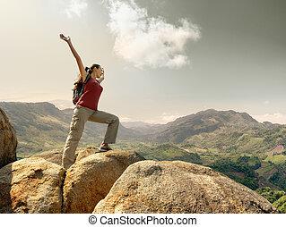 staand, berg, verheven, landschap., schooltas, wandelaar, handen, het genieten van, bovenzijde