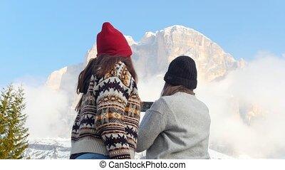 staand, bergen, boeiend, twee, bewolkt, jonge, achtergrond,...