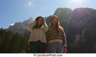 staand, bergen, mensen, jonge, twee, traveling., het...