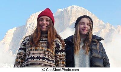 staand, bergen, twee, jonge, het poseren, achtergrond, het...