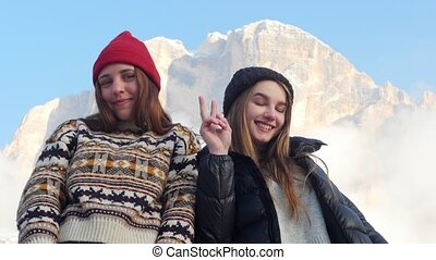 staand, bergen, twee, jonge, het poseren, achtergrond,...