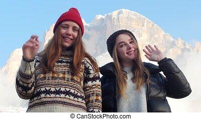 staand, bergen, twee, jonge, zwaaiende , hun, achtergrond,...