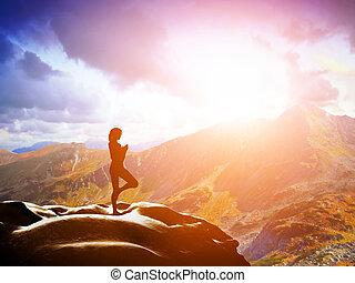 staand, bergen, vrouw, yoga, boompje, het peinzen, ondergaande zon , positie