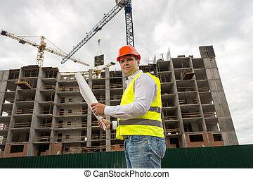 staand, blauwdruken, controleren, bouwterrein, bouwsector, hardhat, rood, ingenieur