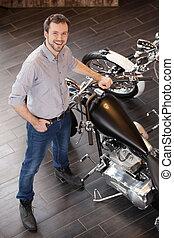staand, bovenzijde, mannen, jonge, vrolijk, motorfiets, motorcycle., aanzicht