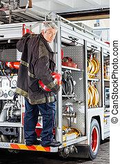 staand, brandweerman, vuur, zeker, station, vrachtwagen