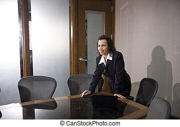 staand, businesswoman, raadzaal, spaans