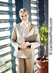 staand, businesswoman, venster, kantoor