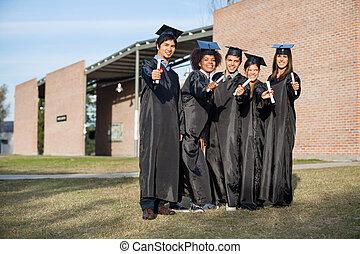 staand, diploma's, scholieren, het tonen, college universiteitsterrein