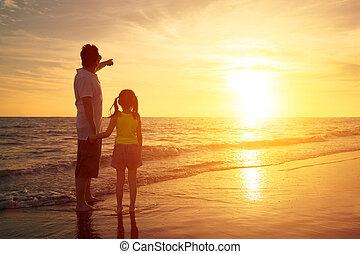 staand, dochter, schouwend, vader, zonsondergang strand