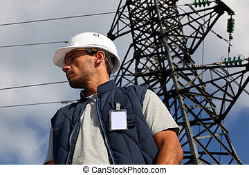 staand, elektriciteit, arbeider, hoogspanningsmast, voorkant