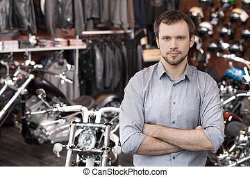 staand, executive., zijn, motorcycles, mannen, omzet, jonge, zeker, gekruiste armen, vasthouden, voorkant