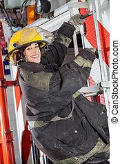 staand, firewoman, brandweerkazerne, vrachtwagen, vrolijke