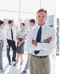 staand, gevouwen wapens, kantoor, moderne, baas