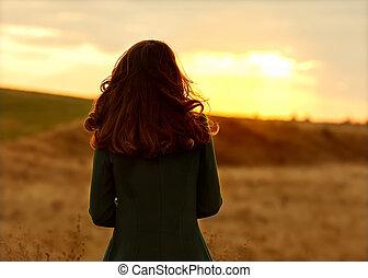 staand, herfst, meisje, zonsondergang veld
