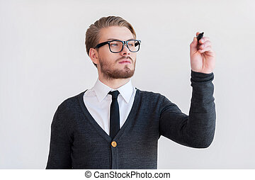 staand, het behouden, mooi, grijze , tegen, jonge, terwijl, gekruiste armen, achtergrond, board., schrijvende , man, effekt, transparant, bril