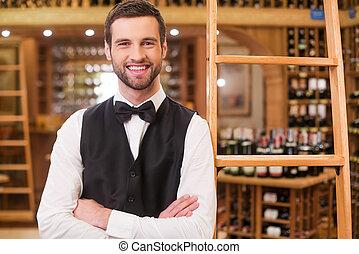 staand, het behouden, vest, helpen, mei, alcohol, choosing?, jonge, armen, zeker, terwijl, gekruiste, wijntje, vastknopen, het glimlachen, boog, u, winkel, man