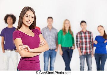 staand, het behouden, vrouw, haar, beauty., jonge, armen, vrolijk, zeker, terwijl, gekruiste, achtergrond, het glimlachen, vrienden