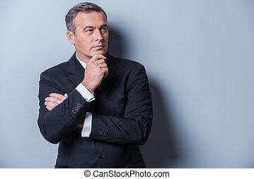 staand, het kijken, over, achtergrond, denken, weg, grijze , formalwear, hand, solutions., middelbare leeftijd , terwijl, kin, tegen, vasthouden, nadenkend, man
