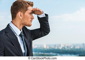 staand, het kijken, terwijl, achtergrond, zakelijk, opportunities., weg, jonge, formalwear, hand, voorhoofd, nadenkend, vasthouden, buitenshuis, cityscape, nieuwe man