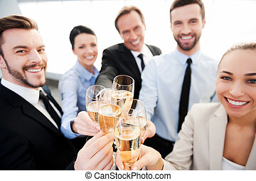 staand, het roosteren, groep, success., zakenlui, terwijl, elke, afsluiten, het glimlachen, champagne