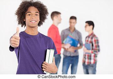 staand, jongen, tiener, zijn, liefde, vasthouden, studying!, vrolijk, terwijl, boekjes , achtergrond, afrikaan, vrienden, gesturing