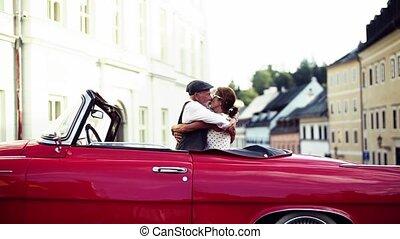 staand, liefde, stad, cabriolet, paar, hugging., senior,...