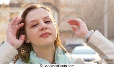 staand, meisje, vrouw, toneelstukken, wind., lente, jonge, motie, vertragen, closeup, hair., verticaal, wind