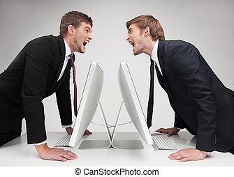 staand, men?s, zakenlui, confrontation., boos, handen, vrijstaand, twee, grijze , hun, terwijl, vasthouden, jonge, tafel, gezicht