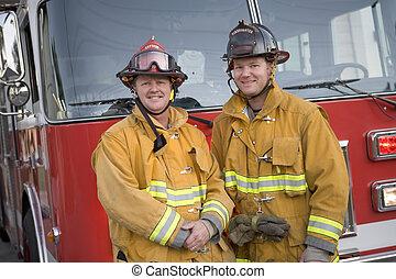 staand, motor, vuur, twee, brandweerlieden, voorkant