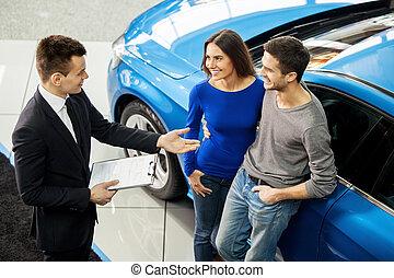 staand, over, hoek, eigenschappen, auto, jonge, hoog, hun, dealership, klanten, samen., het vertellen, eerst, verkoper, aankoop, aanzicht