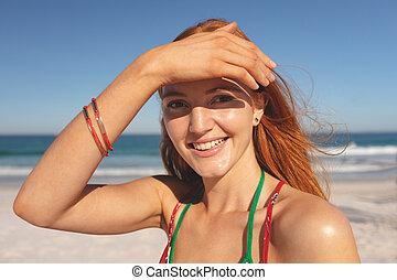 staand, roodharige, strand, vrouw, vrolijke