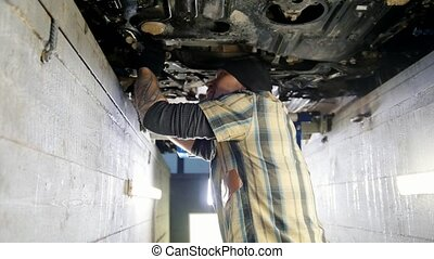staand, service., werkende , auto, inspectie, moersleutel, werktuigkundige, pit, man