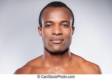 staand, shirtless, jonge, tegen, grijze , het kijken, terwijl, fototoestel, achtergrond, afrikaan, masculinity., verticaal, man