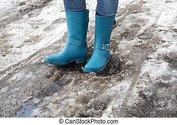 staand, smeltende, lente, plas, laarzen, sneeuw, rubber