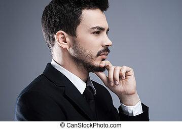 staand, solutions., over, achtergrond, grijze , denken, weg, bovenkant, jonge, formalwear, hand, het kijken, nadenkend, kin, tegen, vasthouden, aanzicht, terwijl, man