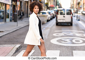 staand, stedelijke , hairstyle, vrouw, jonge, zwarte achtergrond, afro