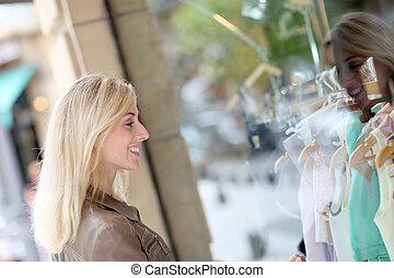 staand, vensters, vrouw winkelen, voorkant