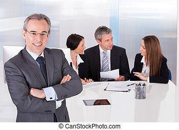 staand, voorkant, collega's, zijn, zakenman