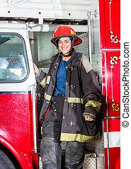 staand, vrachtwagen, vrolijke , brandweerman, uniform