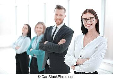 staand, vrouw, haar, zakelijk, succesvolle , team, voorkant