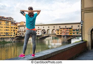 staand, vrouw, ponte, ontspannen, vecchio, fitness, voorkant