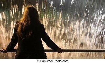 staand, vrouw rug, kunstmatig, waterval, blik, hek, aanzicht