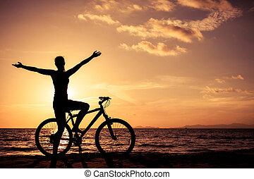 staand, vrouw, time., zonsondergang strand, vrolijke