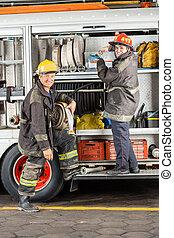 staand, vuur, brandbestrijders, station, vrachtwagen, vrolijke